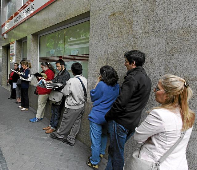 Cola en una oficina del INEM en Madrid   Sergio González