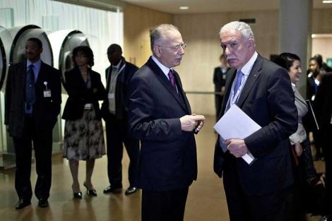 Al Maliki (d), con el secretario gral de la OCI, Ihsanoglu, en París,| Reuters