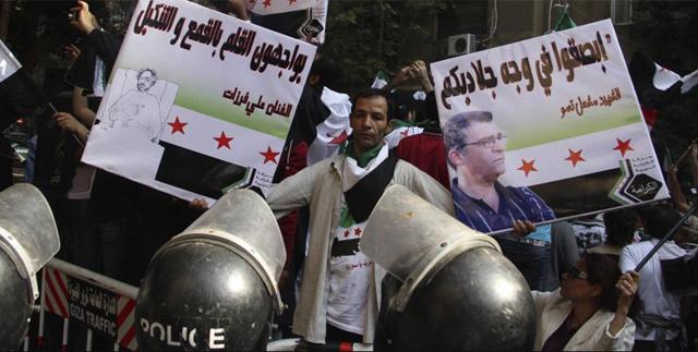 Manifestantes antiguvernamentales sirios protestan frente a la embajada siria en El Cairo (Egipto). | Efe