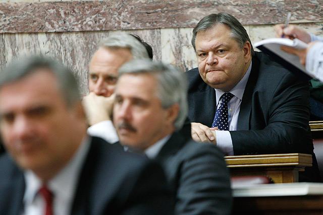 El ministro griego de Finanzas, Evangelos Venizelos, al fondo a la derecha, ayer lunes. | AP