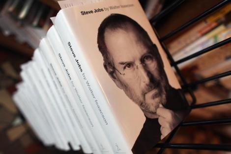 Imagen de una edición de la biografía del fundador de Apple. | Afp