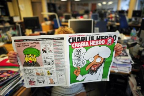 Una lectora de la publicación satírica 'Charlie Hebdo' con Mahoma de 'redactor jefe'. | AFP
