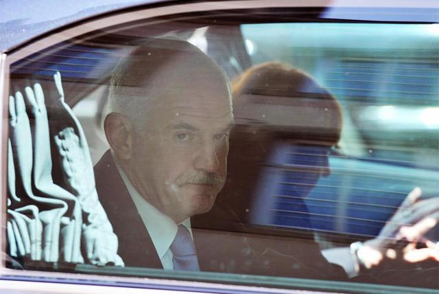 El primer ministro griego sale de una reunión del Eurogrupo. | Afp