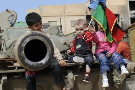 Niños en un tanque capturado por los rebeldes.   Afp