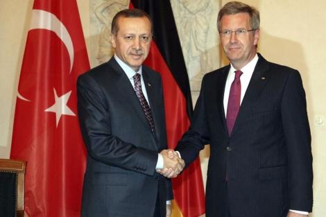 El presidente alemán Christian Wulff junto a Recep Tayyip Erdogan en Berlín. | Efe