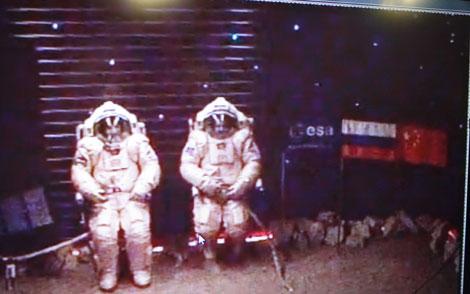 Diego Urbina y Alexandr Smoleevskiy simularon un paseo espacial el 14 de febrero. | ESA.