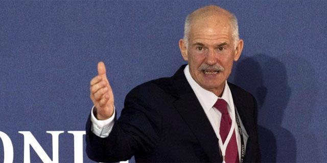 El primer ministro griego, Yorgos Papandreu, a su llegada a la reunión con Merkel y Sarkozy. | Efe