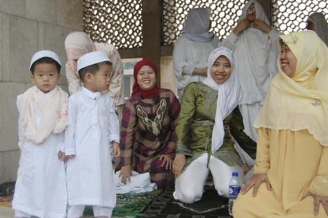 Un grupo de mujeres musulmanas se preparan para el rezo en la mezquita Istiqlal. | Efe