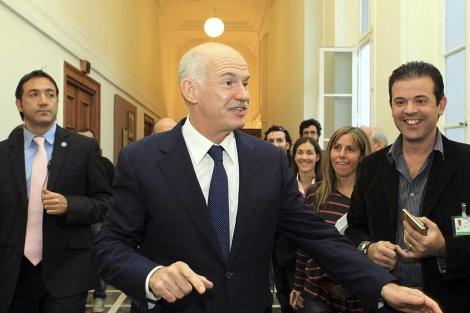Papandreu, a su llegada a la reunión con su grupo parlamentario. | Efe
