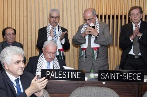 La delegación palestina tras su aceptación como miembro de pleno derecho de la Unesco.   Efe