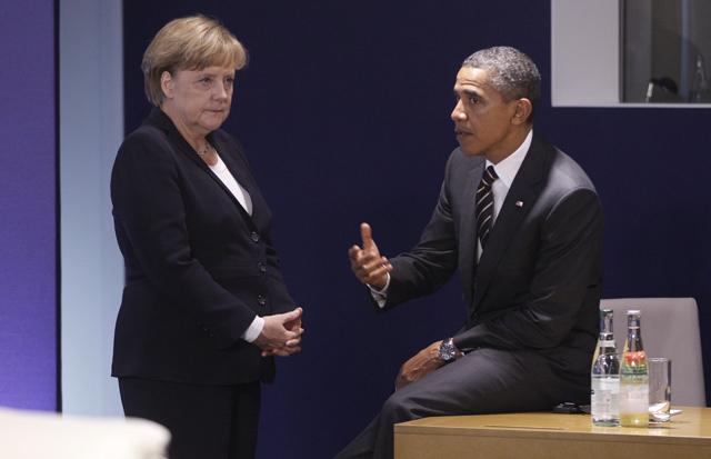 El presidente de EEUU, Barack Obama, conversa con la canciller alemana, Angela Merkel.   AP