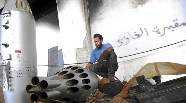 Un rebelde libio con un lanzador de misiles.