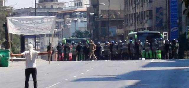 Un manifestante se enfrenta a los militares en Khalidia.   Reuters