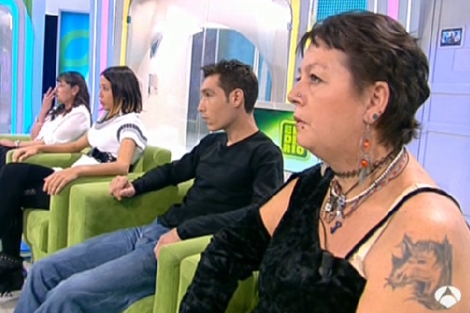 La chica, su suegra, su novio y su madre, contando su historia en 'El Diario'. | ANTENA 3