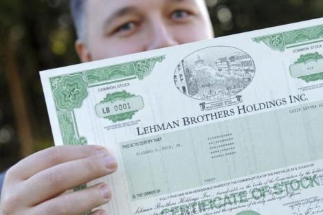 Un agente de Bolsa muestra el primer certificado de una acción de Lehman Brothers. | Efe