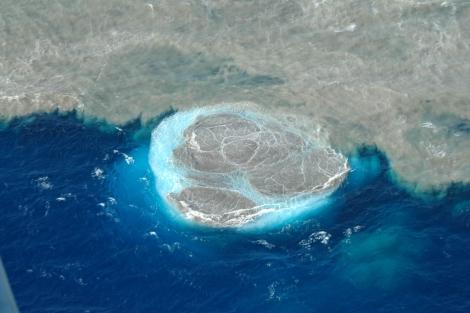 Vista aérea de la costa de El Hierro, donde se observan sólidos en el mar. | Gobierno canario