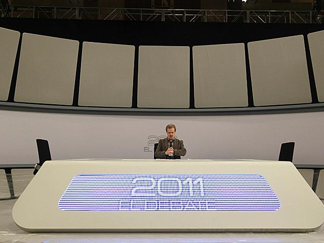 El moderador, Manuel Campo Vidal, en el escenario del debate. | Efe