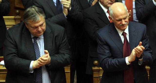 Venizelos (izda.) y Papandreu aplauden anoche, tras superar la moción de confianza. | Efe