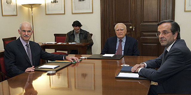 El primer ministro Papandreu, el presidente griego y el líder opositor Samaras, en la reunión. | Efe