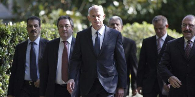 El primer ministro griego, Yorgos Papandreu, tras su reunión con el presidente Carolos Papulias. | Efe