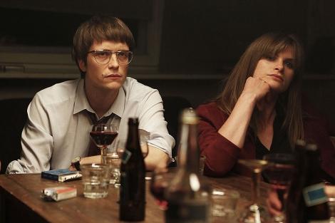 August Diehl y Lena Lauzemis, en un fotograma de 'Y si no nosotros, ¿quién?'.   SEFF