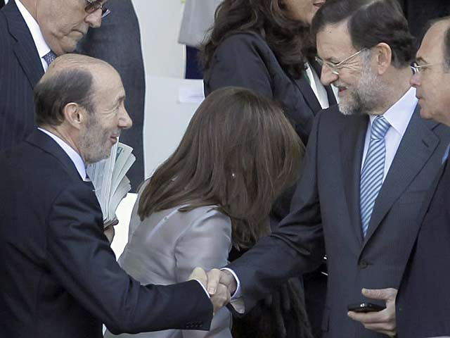 Rubalcaba y Rajoy se saludan, durante el pasado desfile de la Fiesta Nacional.   Alberto di Lolli