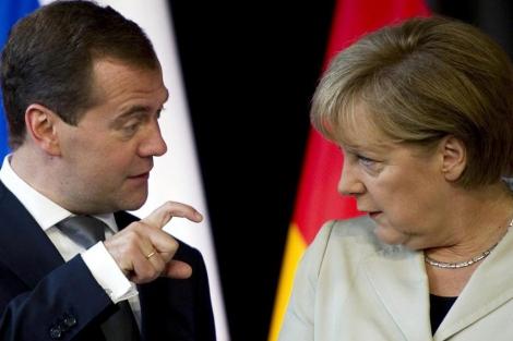 Angela Merkel y Dimitri Medvedev. | Afp