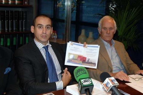 El abogado Antonio Flores junto a uno de los afectados por la estafa. | Javier Martín