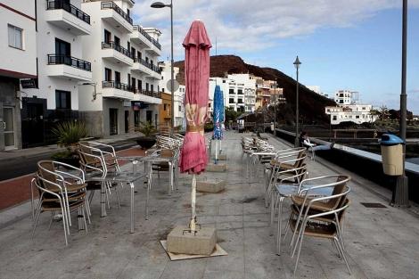 Una terraza de La Restinga, sin gente.   Elvira Urquijo / Efe