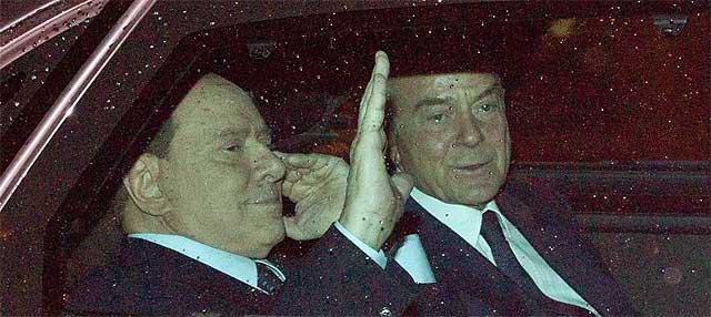 Berlusconi y su brazo derecho, Letta, abandonan el Palacio Quirinale.| Efe