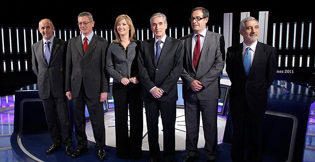 Los participantes en el debate posan antes de inciarlo. | Efe