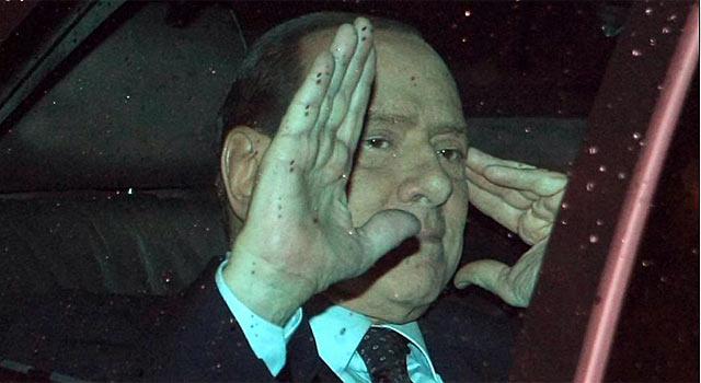Berlusconi saluda a los periodistas tras su reunión con el presidente Giorgio Napolitano. | AP