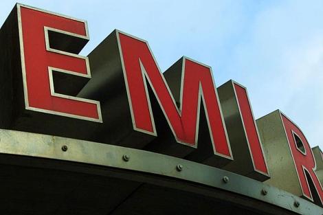 Logotipo situado a la entrada de la sede de la compañía.