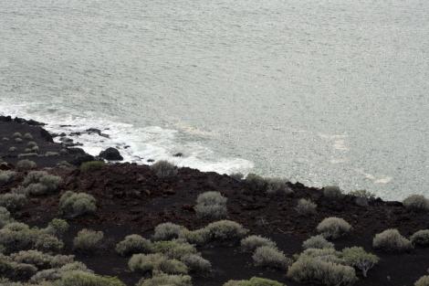 Imagen de la playa de Tacorón, donde prohibieron el baño por la acumulación de gases. | Efe