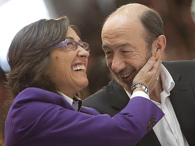 La ministra Rosa Aguilar saluda cariñosamente al candidato socialista Alfredo Pérez Rubalcaba. | Madero Cubero