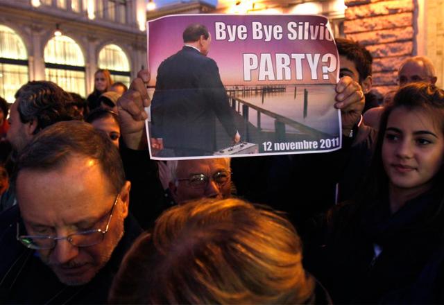 Numerosos italianos se han concentrado en Roma a favor de la dimisión del primer ministro al grito de 'Dimisión, dimisión'.