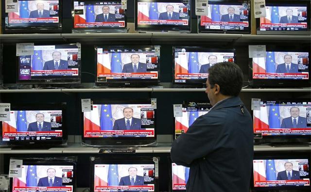 Retransmisión del discurso de despedida de Berlusconi. | Reuters