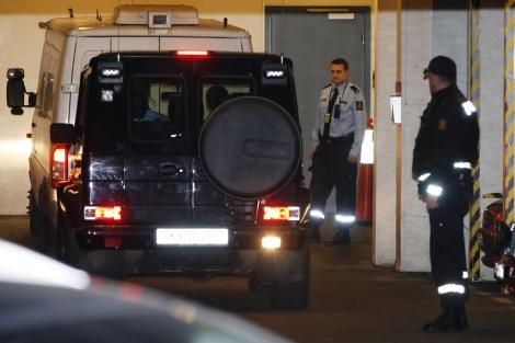 Breivik, a su llegada al juzgado en un furgón blindado.   Reuters