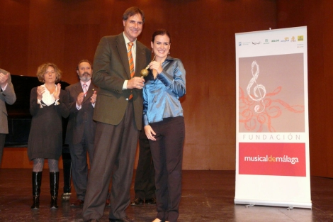 El concejal de Cultura, Damián Caneda, con la galardonada. | ELMUNDO.es