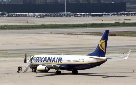 Un avión de Ryanair en el aeropuerto de Barcelona. | Antonio Moreno