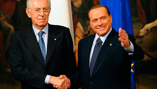 El nuevo primer ministro italiano y su antecesor, Silvio Berlusconi, se dan la mano.   AFP
