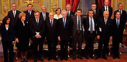 Foto de familia del nuevo Gobierno italiano, encabezado por Mario Monti.