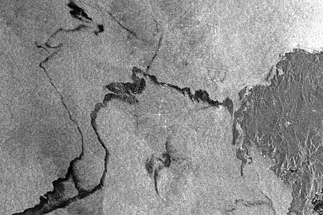 Imagen del satélite Envisat que muestra el rastro del fuel hacia la costa. | ESA