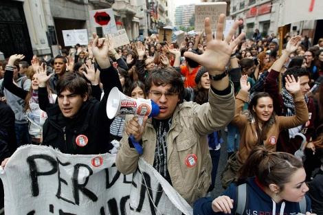Estudiantes se manifiestan por las calles de Valencia. | Efe