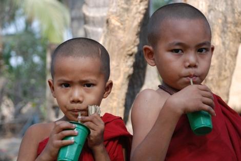 Dos niños monjes en las afueras de Rangún. Foto: David Jiménez