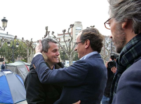 Alfonso Alonso abraza al alcalde de Oyón, Rubén Garrido, en presencia de Iñaki Oyarzábal. | Efe