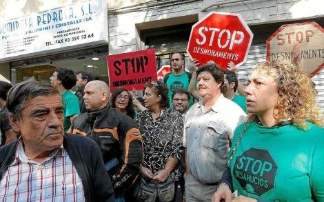 Miembros de la plataforma y vecinos frenan un desahucio en Barcelona. | Jordi Soteras