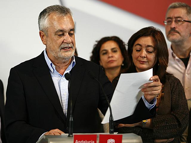 José Antonio Griñán leyendo unos resultados en su comparecencia tras la noche electoral. | Esther Lobato
