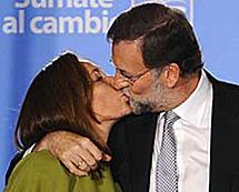Rajoy besa a su mujer.