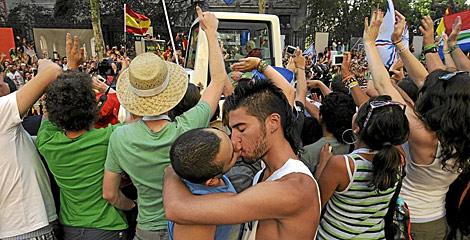 Dos homosexuales se besan al paso de Benedicto XVI en la JMJ de Madrid. | Pedro Armestre